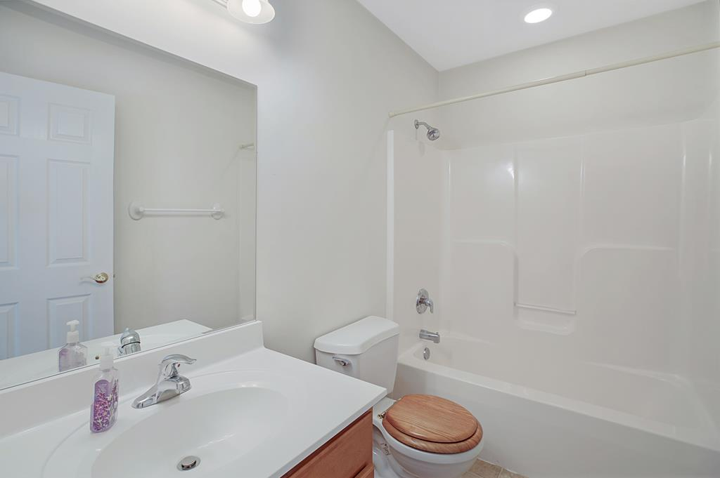 Full Bath 2 w/Tub/Shower Combo.